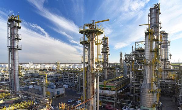 Industrieanlage: Raffinerie zur Verarbeitung von Erdöl zu Benzin und Diesel// pipeline,storage tanks and buildings of a refinery - industrial plant for fuel production
