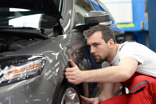 Automechaniker in einer Werkstatt // Car mechanic in a workshop