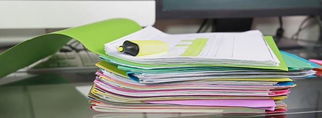 Pile de dossiers de travail sur un bureau - fototapety na wymiar