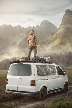 Mann steht auf einem Transporter in der Natur