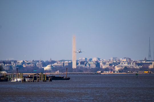 Airplane flying into airport near the DC monuments