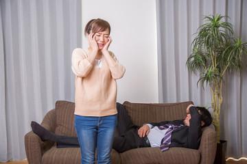 酔っ払った夫に怒る妻