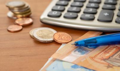 Fotomurales - Taschenrechner mit Scheinen und Münzen