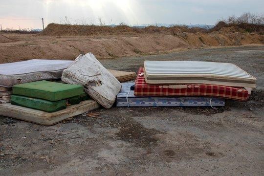 ゴミ処理場に捨てられたベッドマットレス