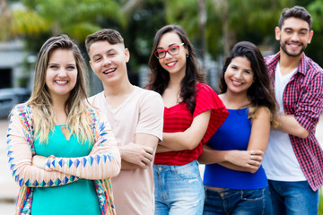 Blonde junge Frau mit und anderen Jugendlichen in Reihe