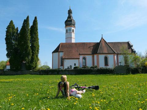 Bayern - Rennradfahrerin genießt den Frühling