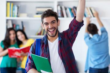 Erfolgreicher spanischer Student jubelt nach Prüfung