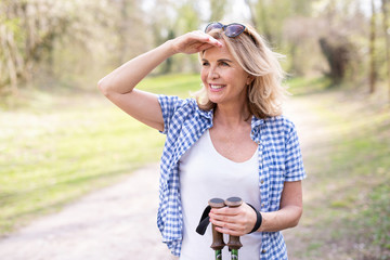 Best Ager, Frau beim Sport im Park