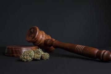 Cannabis, Richterhammer und Joint grauer Hintergrund