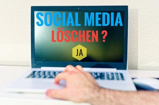Laptop mit der AufschriftSocial-Media und Account löschen in englisch delete Account