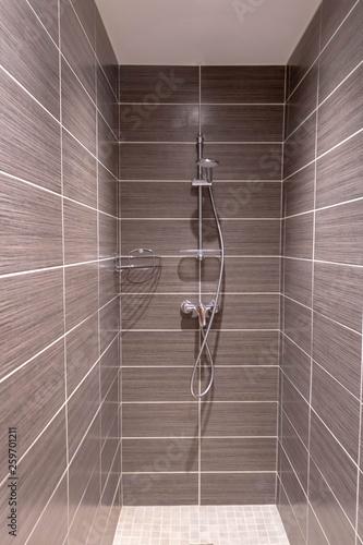 Carrelage marron pour douche à l\'italienne salle de bain ...
