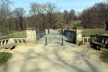 Brücke in Parklandschaft