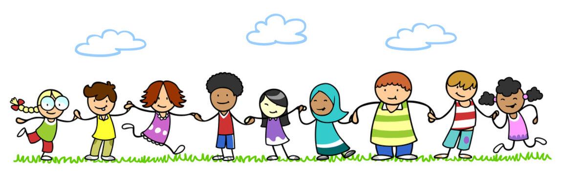 Multikulturelle Kinder im Kindergarten halten Hände