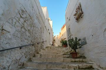 Treppe in der engen Gassen der Altstadt Ostuni, Italien