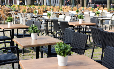 tische an einem platz in roermond, niederlanden