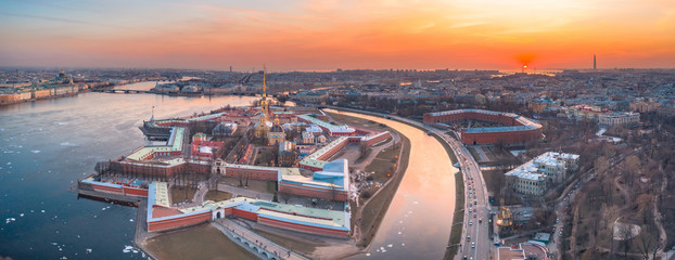 Aerial view panoramic of Peter and Paul cathedral at red sunset, walls of fortress, spring time in Saint-Petersburg. Fototapete