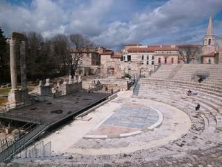 Théâtre antique d'Arles en Provence, vue sur les gradins et la scène (France)