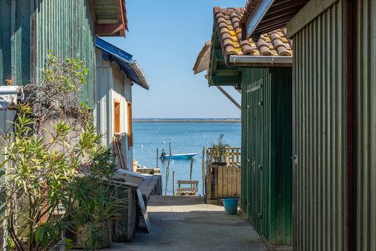 BASSIN D'ARCACHON (France), cabanes ostréicoles face à l'île aux oiseaux