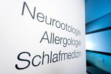 Obraz Türbeschriftung in der HNO Praxis, Neurootologie, Allergologie und Schlafmedizin - fototapety do salonu