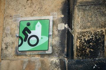 Hinweis auf eine Radfahrerkirche im Ort Wehlen am Elberadweg in der Sächsischen Schweiz