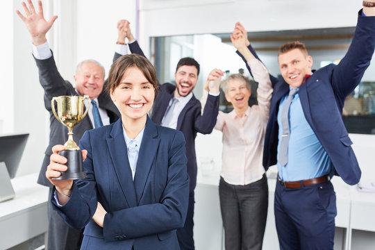 Team jubelt mit einem Sieger Pokal