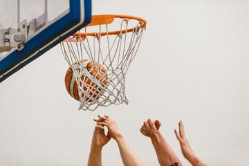 Fototapeta Koszykówka, piłka w koszu i ręce
