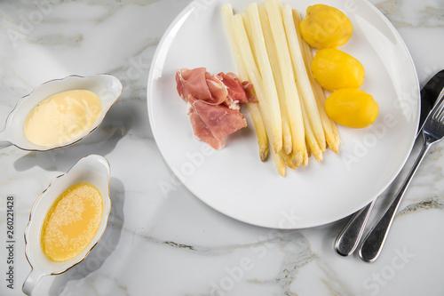 Weißer Spargel Mit Sauce Hollandaise Zerlassener Butter