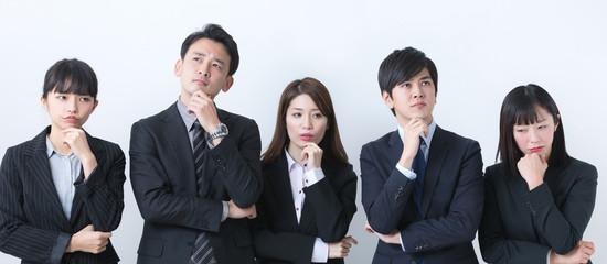 悩むビジネスチーム