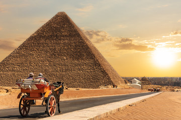 A carriage in Giza near the Pyramid of Cheops, Egypt Fototapete