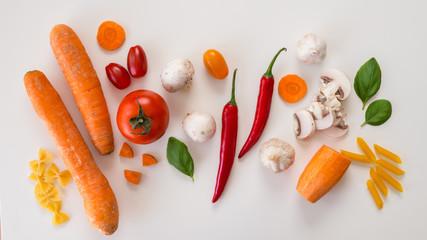 Świeże warzywa leżące na białym tle