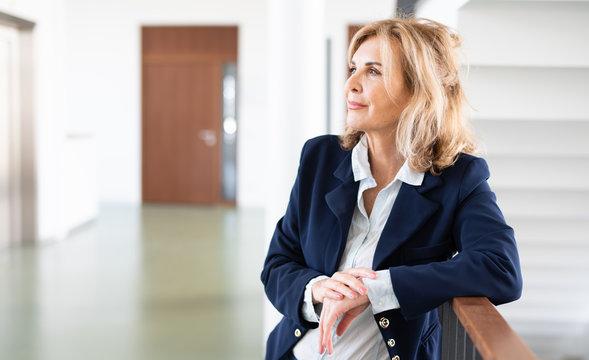 Attraktive reife Frau im Business-Outfit