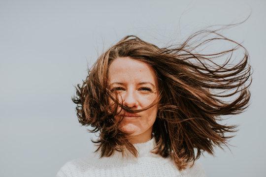 Portrait d'une demoiselle les cheveux dans le vent