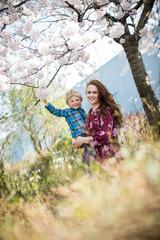 Mama und Sohn lieben den Frühling