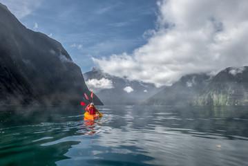 Fond de hotte en verre imprimé Volcan Two people kayaking in Milford Sound, New Zealand