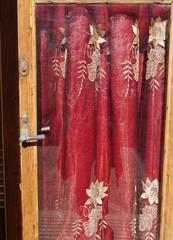 Tür mit rotem Vorhang