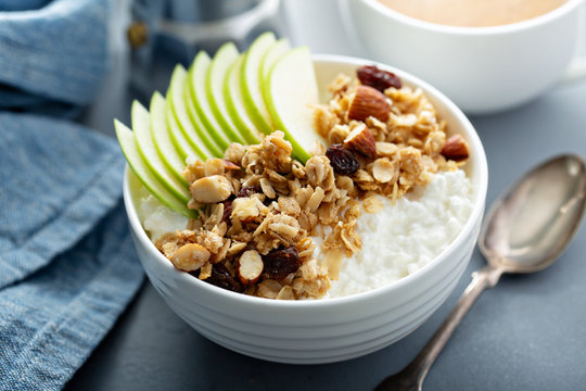 Cottage cheese with granola and sliced apple