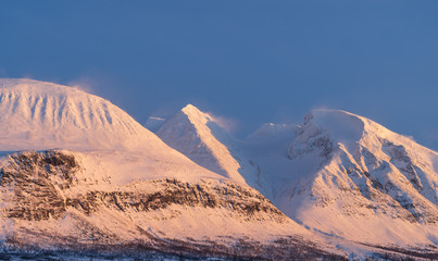 Fotomurales - Mountain massif, Ahkka, in the last sunlight of a windy, winters day. Lapland, Sweden.