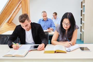 Gruppe schreibt einen Test in einem Seminar