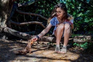Fototapeta Fillette et écureuil roux obraz