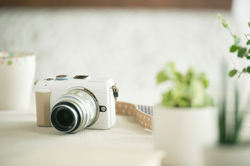 テーブルの上のミラーレス一眼カメラ