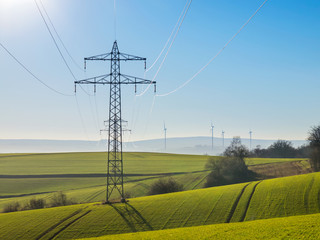 Stromtrasse und Windräder im ländlichen Raum