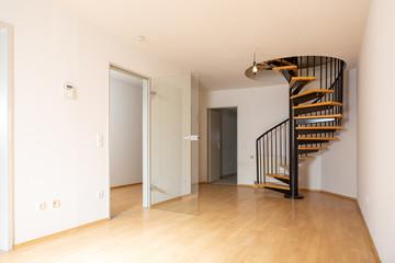 Schöne Maisonette Wohnung mit Holzboden und Wendeltreppe, copy space unten