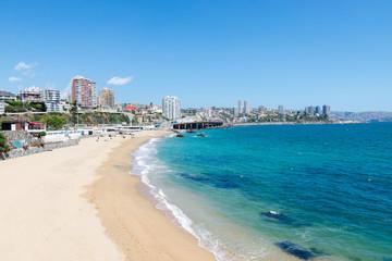Praia da cidade Viña del Mar / Valparaíso no Chile com o Oceano Pacífico