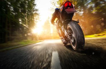 Motorrad bei voller fahrt auf einer Landstraße