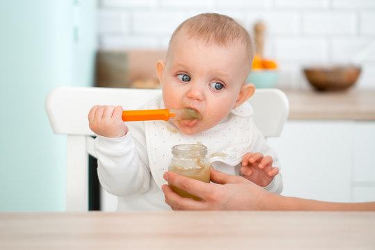 baby himself eats porridge