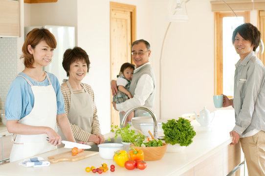 キッチンに集まる3世代家族