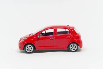 Model samochodu toyota czerwony bokiem