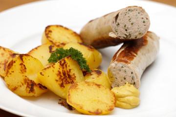 Bärlauchbratwurst mit Bratkartoffeln und Senf