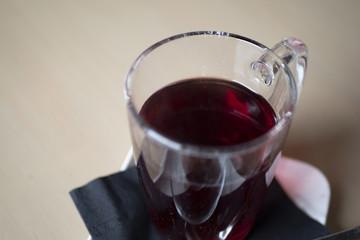 bicchiere trasparente con una tisana calda