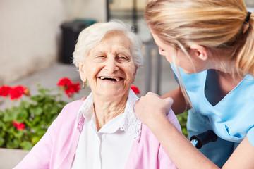 Senior Frau und fürsorgliche Altenpflegerin